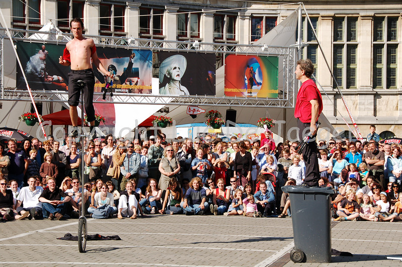 Rich & Vince are street performers with a huge sense of (British) humor. They have some traditional acts (juggling), brought in a funny way with the help of children invited out of the audience.