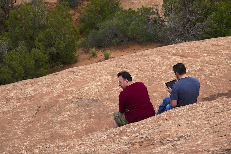 Инет 3G ловит даже даже в горах и пустыне.