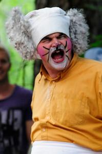 Bakermester Harepus: Tom Styve KLATREMUS OG ALLE DE ANDRE DYRENE I HAKKEBAKKESKOGEN Norsk Sceneskrekk 2013 - Bassengparken Gjøvik  25/06/2013    --- Foto: Jonny Isaksen
