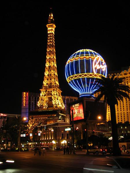 Paris. Ils rétrécis le Tour Eiffel!