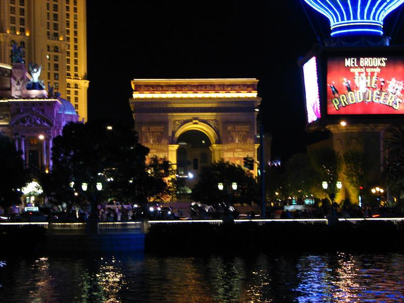 Le petit Arc de Triomphe. Ce n'est pas l'Avenue des Champs-Elysées. C'est boulevard de Las Vegas!