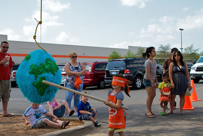 Home Depot Kid's Workshop - Earth Day 2011 - 2011-04-23 - IMG# 04-008948