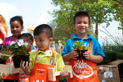 Home Depot Kid's Workshop - Earth Day 2011 - 2011-04-23 - IMG# 04-008957