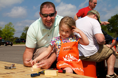 Home Depot Kid's Workshop - Earth Day 2011 - 2011-04-23 - IMG# 04-008912