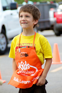 Home Depot Kid's Workshop - Earth Day 2011 - 2011-04-23 - IMG# 04-008966