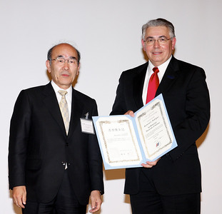 Ray Rodriguez accepting honorary doctorate from President Isogai.