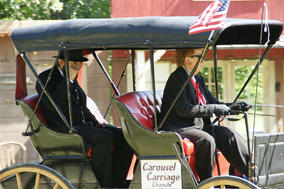 Tom Leahy portraying Abraham Lincoln arriving by carriage