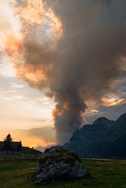 Colonna di fumo dell'incendio sullo Jovet in Val Raccolana dall'altopiano del Montasio <br /> <br /> foto n°040813-2673