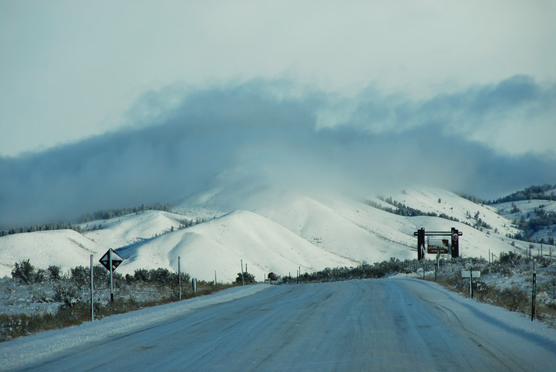 <b>Route 89</b>   (Dec 14, 2006, 09:36am)  <p align=left>Heading north on Route 98.  Taken from a moving bus on the way to Jackson Hole airport..</p>