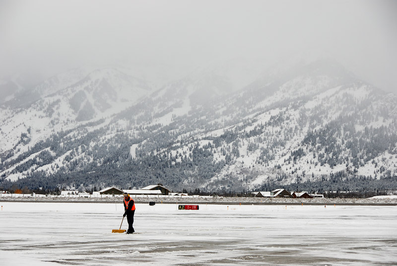 <b>Jackson Hole snow removal</b>   (Dec 14, 2006, 10:21am)  <p align=left>I hope they have a better plan on removing snow from the Jackson Hold airport runway than this one guy with a shovel.</p>