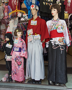 The Nakamise-dori entrance route to the Sensoji Temple is lined with hindreds fo shops and stalls