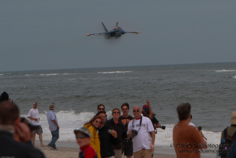 """JonesBeachAirshow2010-1717 - look at those poor suckers looking at the """"bait"""" Angel #5 doesn't even make a sound yet but then in about another couple of seconds - KABOOM!"""