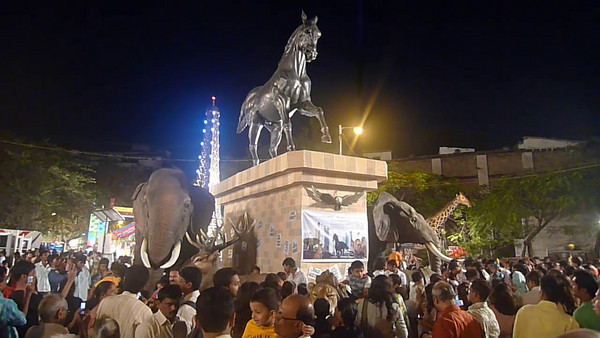Short video clip of activities at the Kala Ghoda Festival in South Mumbai (Bombay, Maharashtra, India.