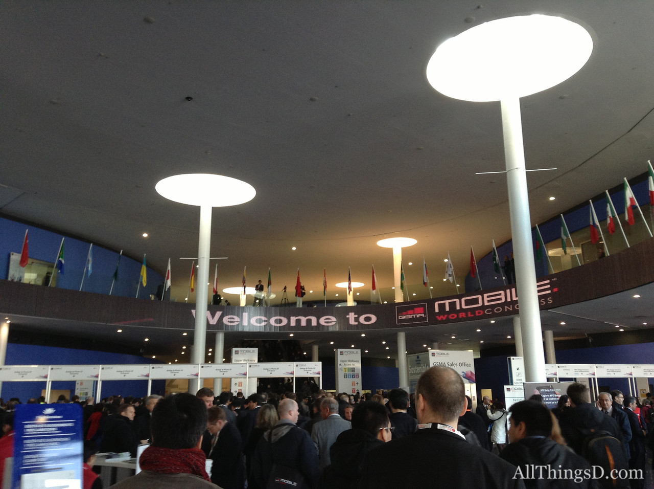 A long line to get into Mobile World Congress 2013.