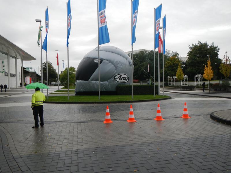 Aan de ingang van Intermot staat een opblaasbare helm van Arai.