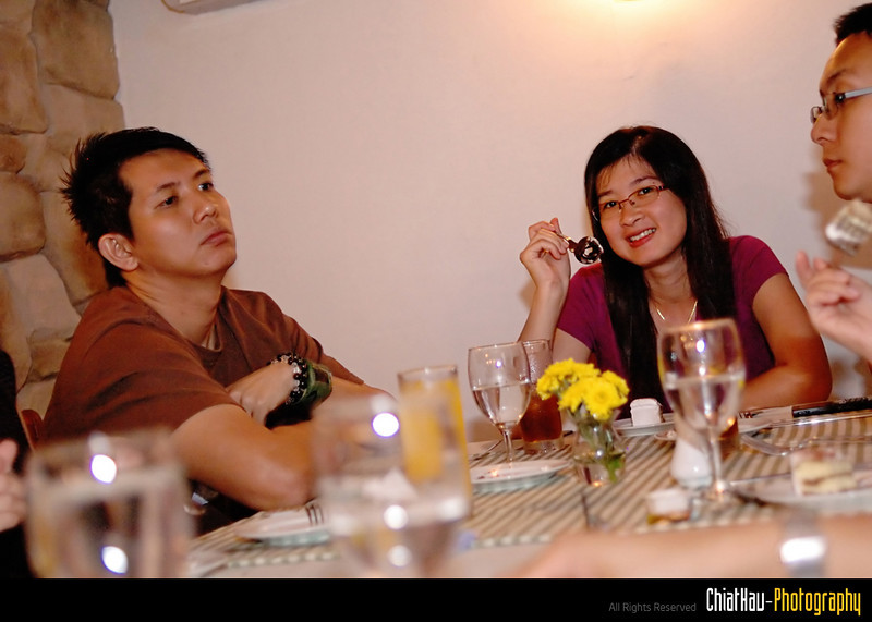 Mun Wai (Another or our BD Galz) posing for a shot... while Chin Leong and Alexi is chatting.