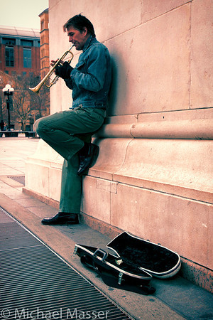 Trumpeter-and-Case-under-the-Washington-Square-Arch-Colour