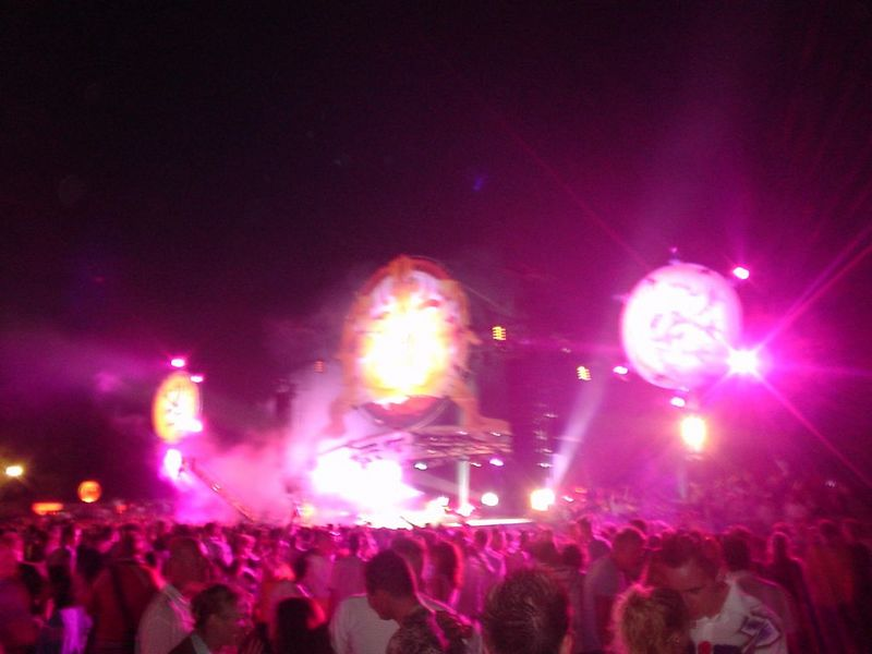 Main stage, closing act with Michel de Hey :bounce:<br>23h00, last tunes drift away. Time to go home.