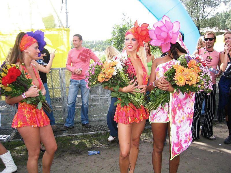 More flower girls in really nice little dresses