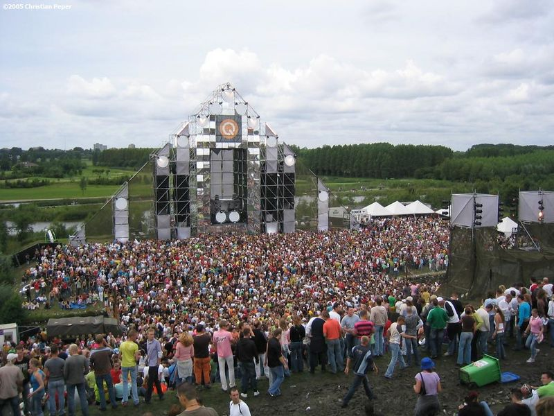 Q-dance stage later that afternoon