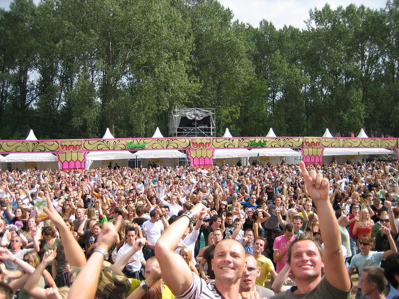 DJ Roog takes over  and the sun makes it through the clouds. moments to give you the chills. :D