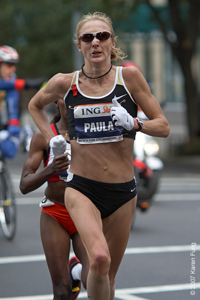 2007: Women's champion Paula Radcliffe, trailed by Gete Wami who came in second.