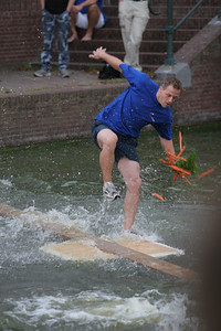 Het Gebogen Bruggenspel van de stratenzeskamp op de Turfmarkt. Najaarsfeest Oranjevereniging Katwijk aan den Rijn.