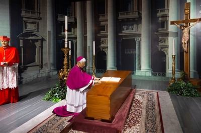 Closed-casket Pope lying in state