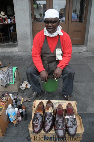 Corner shoe shiner.
