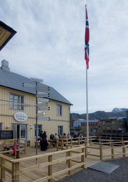 Still day - the flag at Nyksund Gjestehus hanging straight down