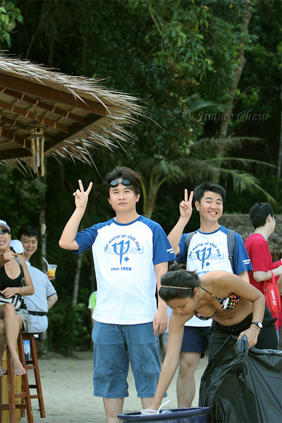 Sean tumpang on this shot (awww, so cute). No one looking at the two dudes? I understand... ;-)