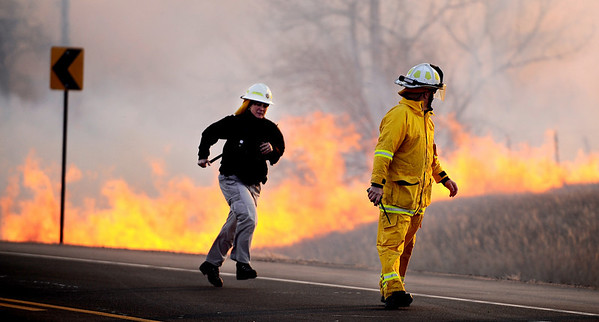FIREML2.JPG Firefighters move away as the fire burns down to Foothills Parkway near Nebo Road and jumps across the highway north of Boulder, Colorado January 07, 2009. CAMERA/Mark Leffingwell