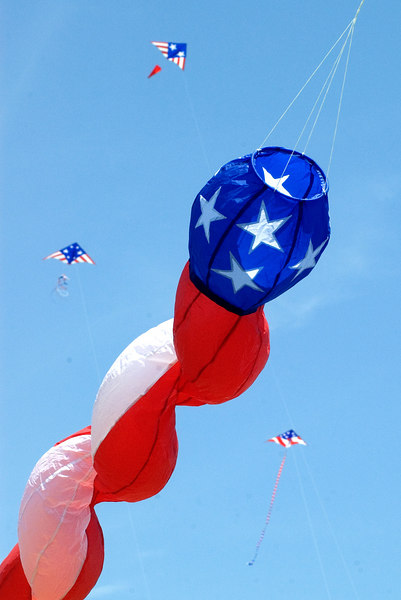 "<font size=""3"">The Midwest Winds Kite Fliers held the Red, White and Blue event to commemorate Independence Day, 2006.</font>"