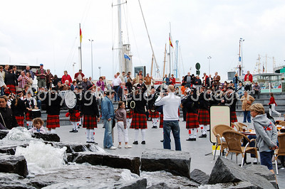 Pipers of the Wallace Pipe Band bring a walking concert during the Ostend at Anchor festival. Shot with the Nikkor 18-200mm lens. No post processing.