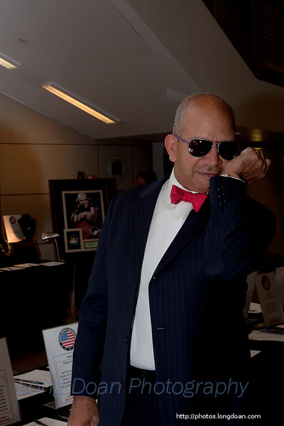 Mayor Anthony A. Williams trying on the secret service look.