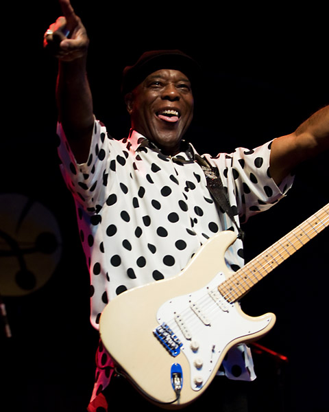 The eternal Buddy Guy salutes the crowd at Ottawa Bluesfest 2007