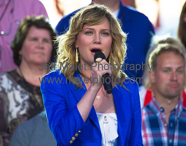 Jennifer Nettles sings America the Beautiful
