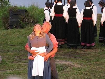 """""""PEER GYNT"""" ved Gålåvatnet 05/08/2011    Peer Gynt: Dennis Storhøi     Solveig: Ingeborg Schübeler Gillebo  www.peergynt.no www.peergynt.no/english ---  Foto: Jonny Isaksen"""