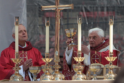 The Holy Father elevates the Chalice after the prayers of Consecration.