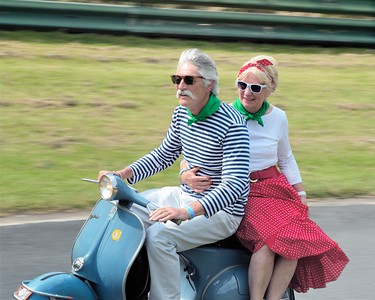 Prescott Speed Hill Climb 2016 La Vie en Bleu - couple de français chevauchant un vespa