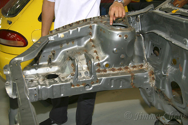 """<font color=""""yellow"""">Tengku explaining the effects of welding and rusts that cannot be avoided completely.</font><br>"""