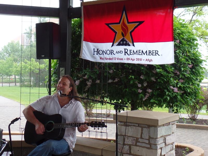 Dave  Kottke providing music.