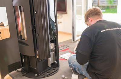 Das Funkmodul und der Firenet-Stick für die Ofensteuerung werden montiert.