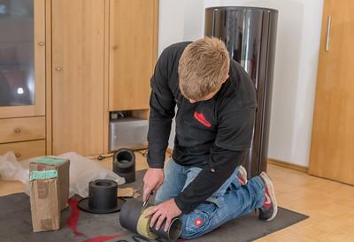 Ein doppelwandiges Rauchgasrohr wird angepasst und eingesetzt.