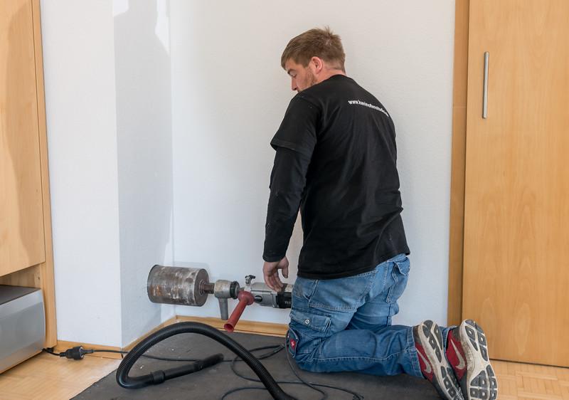 Ein neuer Zugang für einen bodennahen Rauchgasanschluss wird gebohrt.
