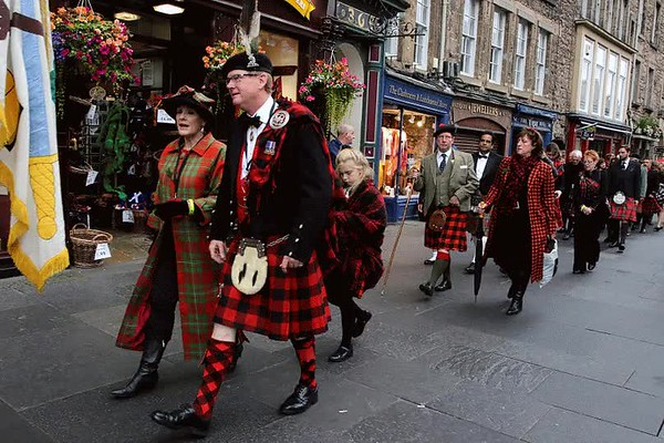 MacGregor Clan March to Edinburgh Castle (Animated)