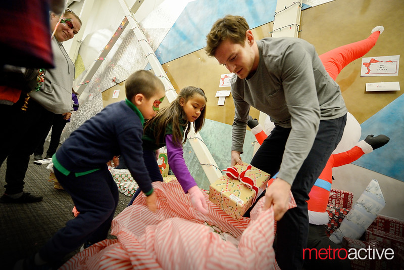 #57 - Tommy Wingels bagging up gifts with sponsored Family