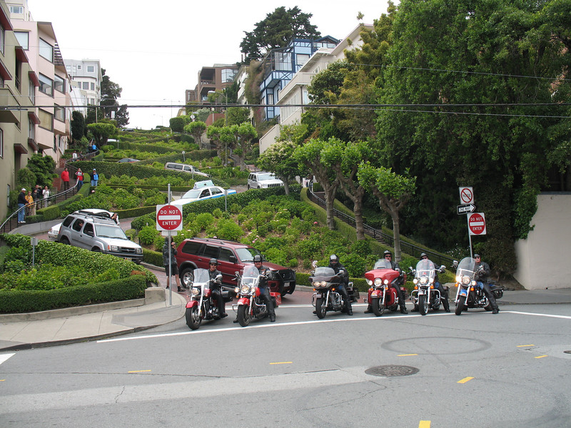 Tourists on LOMBARD ST.