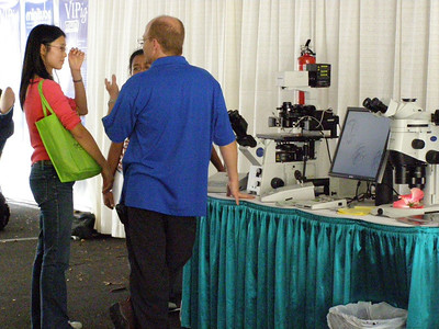 Dr. Ben Vine, an exhibitor for Olympus, chats with a booth visitor during the SSR 2008 in Kailua-Kona, Hawai'i (May)