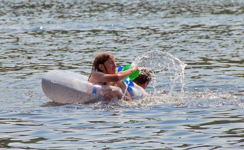 <b>Amos splashing in South Pond</b>   (Jul 03, 2006, 03:22pm)